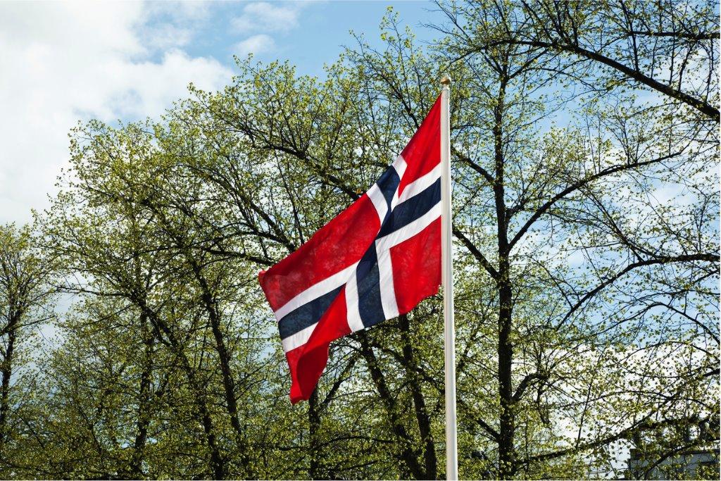 Norsk flagg vaier i vinden