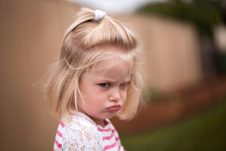 Frustrert liten jente