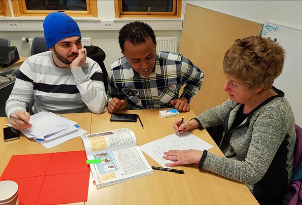 Samtalepartner snakker med elever som lærer norsk som andrespråk