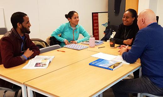 Samtalepartnere i klasserommet. Foto: Ineke Due
