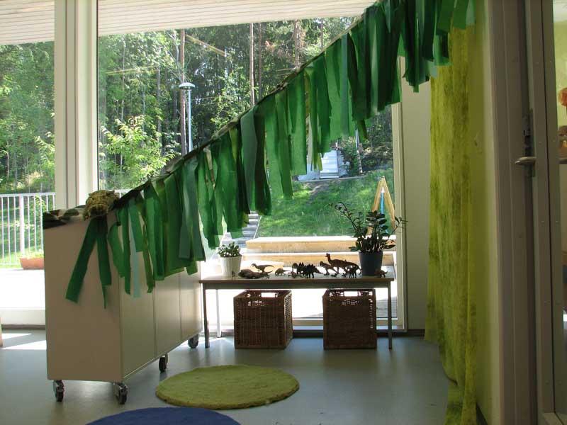 """Bilde av en grønn filt-girlander fra en barnehage. Fra bloggtekst om """"Barn og unge"""""""