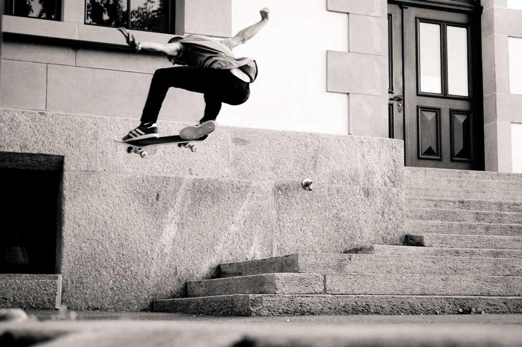 """Bilde av skater som hopper ned en trapp, fra bloggtekst om """"Barn og unge"""""""