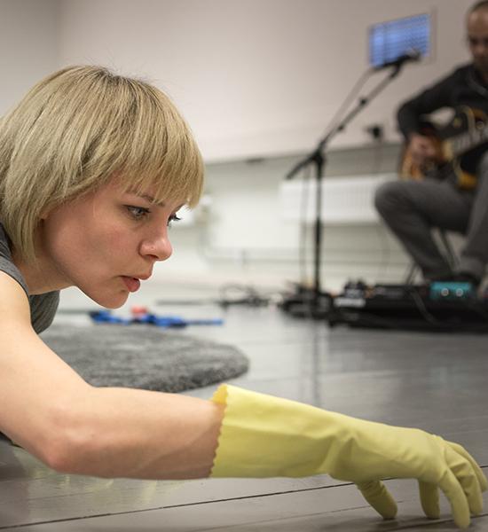 Danser-koreograf Live Strugstad i aksjon under forestillingen BABY BODY
