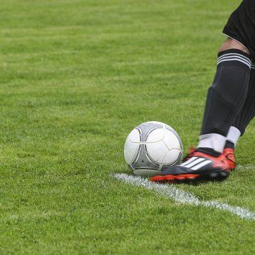 Fotballspiller sparker ballen