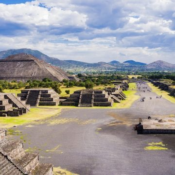 Utsikt til solpyramiden fra månepyramiden, Teotihuacan, Mexico.
