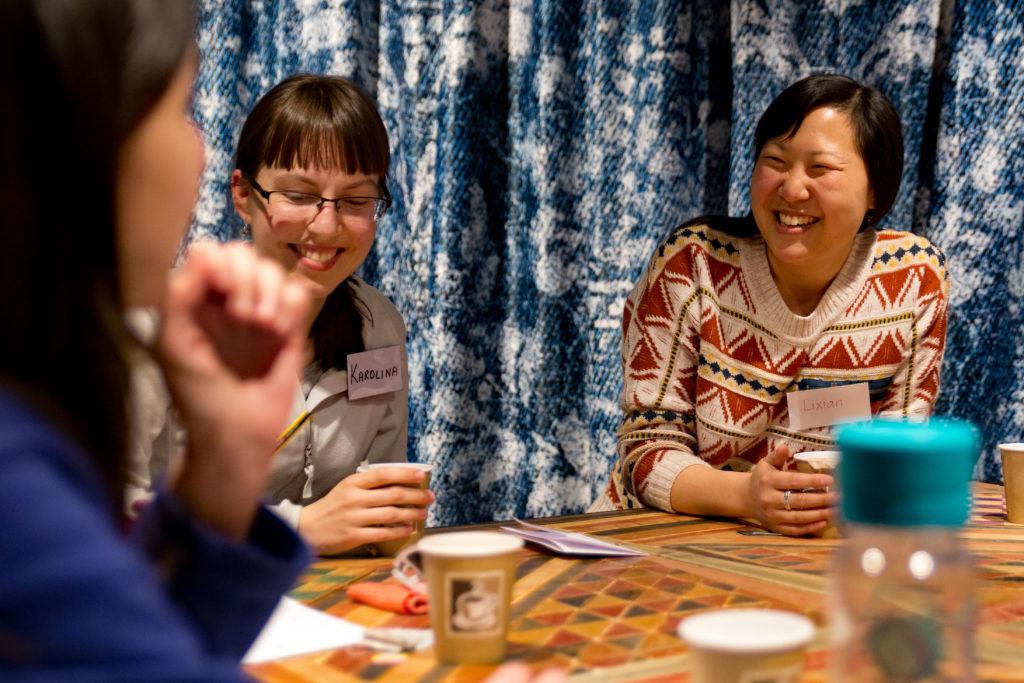 Deltakere på språkkafé som smiler og ler