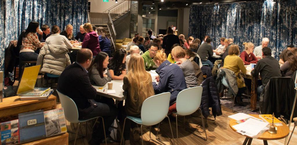 Mange mennesker samlet til språkkafé