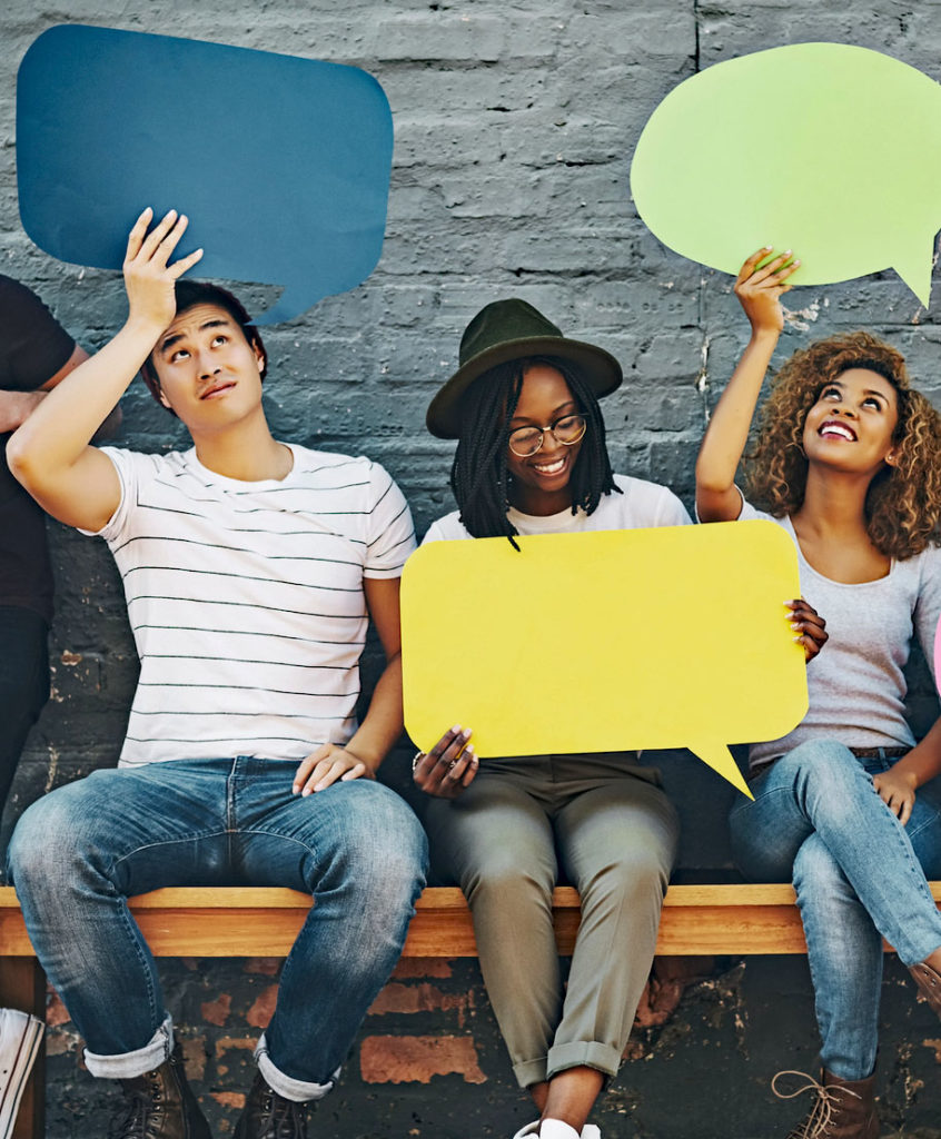 Gruppe av mennesker som holder snakkebobler. Foto: GettyImages-PeopleImages