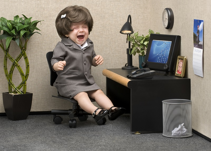 Baby utkledd som voksen på kontoret.