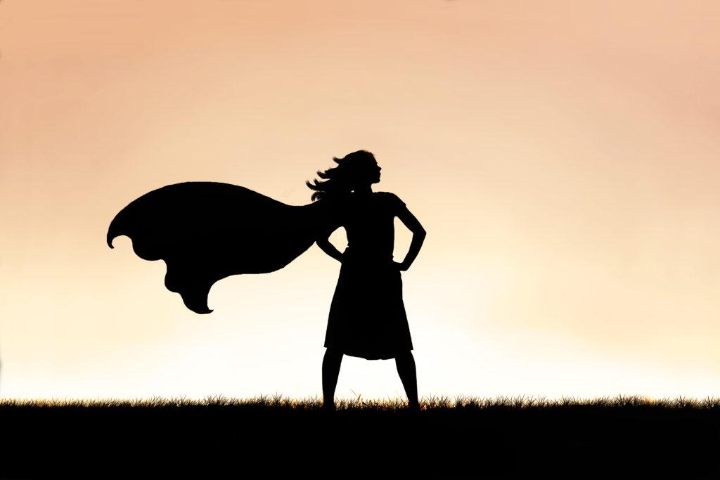 Sterk, selvstendig dame med superheltkappe. Foto: GettyImages/ChristinLola