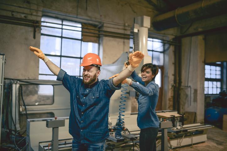 Gode kolleger hjelper hverandre. Foto: GettyImages/