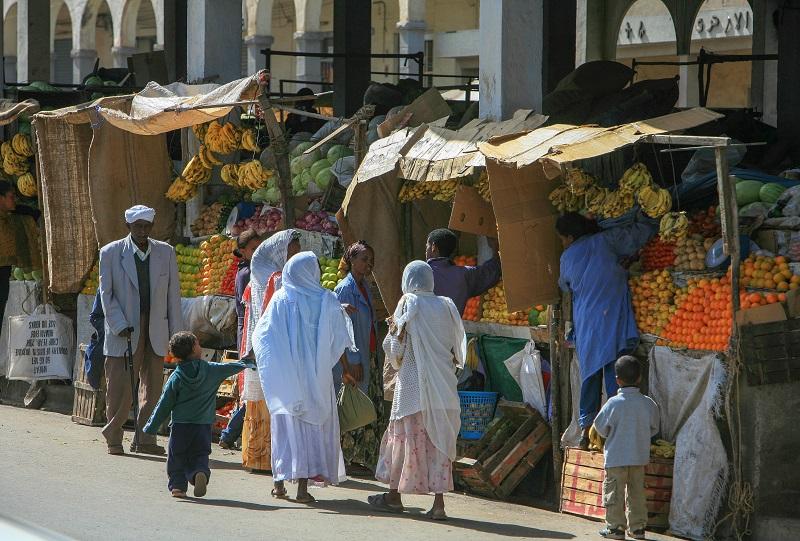 Folk på gata ved markedet i Asmara.