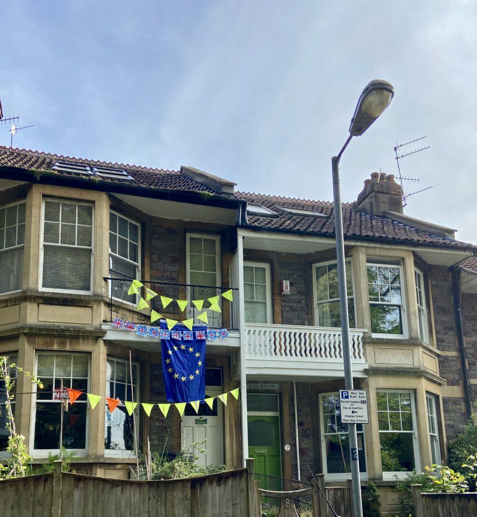 Bygning dekorert med EU-flagget og det britiske flagg.