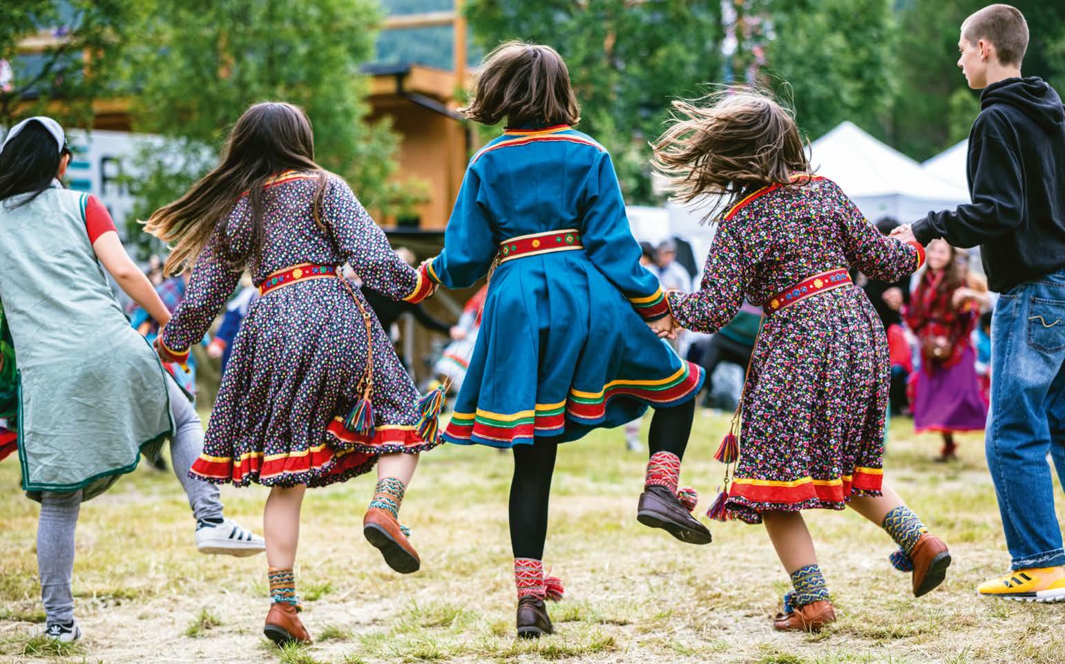 Dansende barn på Riddu Riddu-festivalen på 2010-tallet.