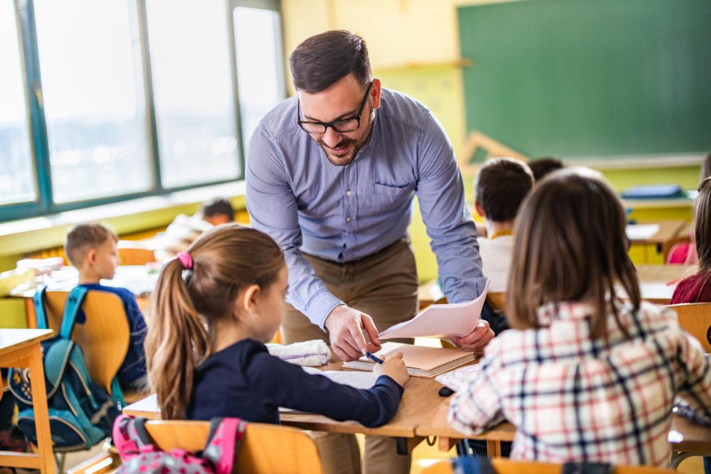 Lærer underviser elever i klasserommet