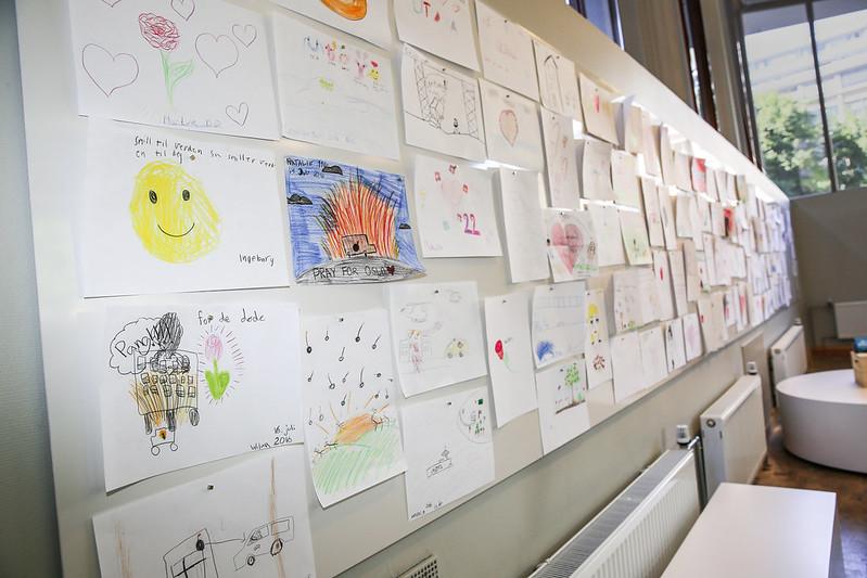 Utstilling av barnetegninger som skildrer 22. juli-terroren. Fra 22. juli-senteret i Oslo.