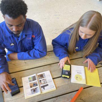 Elever i praksis som bruker Klar ordbok og app for å lære fagspråket.